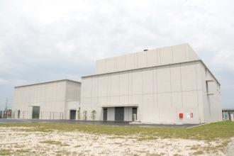 右:動物研究センター、左:超高磁場先端MRI研究センター