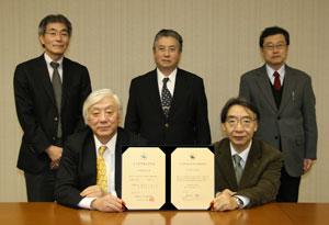 前列左から:小川学長、祖父江副学長 前列左から:小林医学部長、三浦歯学部長、前田薬学部長